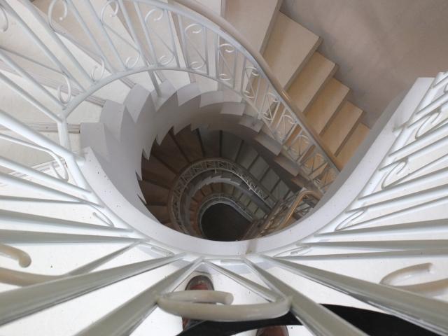 プラス思考になるには螺旋階段を上がっていくように