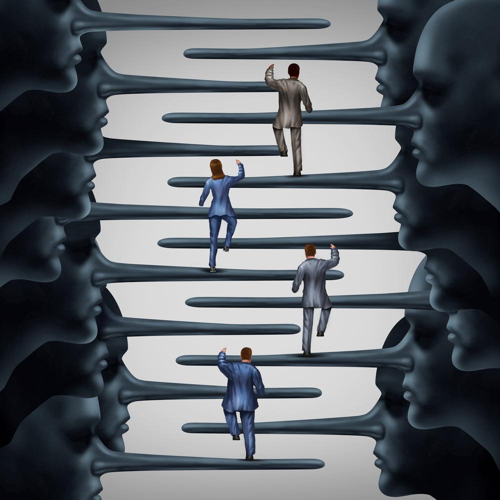 マインドコントロールの本質は騙してから「騙したことに気づかせない」ことにある。そして社会は人々がおかしいほうにいかないように(マインドコントロールされて罠にはまらないように)最善を尽くしてくれているのです。