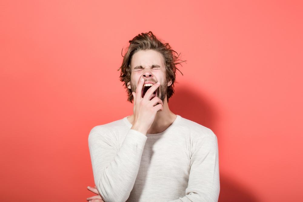 眠気が無いのに、あくびが出てくる時は「緊張」の場合があり、目の前の対象を敵と判断している場合があります。