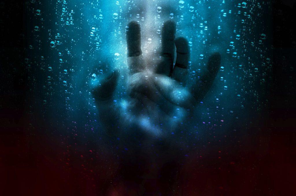 理由もわからない恐怖を抱えていて手や指も魔物にとりつかれたのかと思うほどプルプルと震えてコンビニで小銭を出すことも出来なくなった