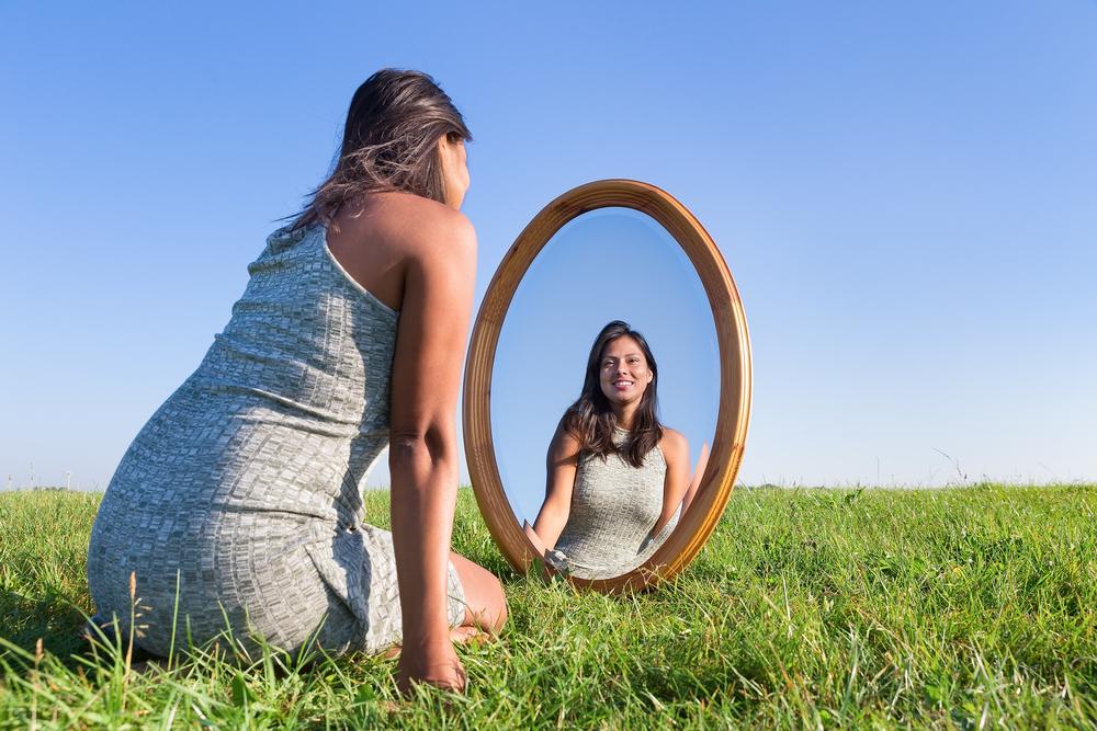 「被害と加害」の無限ループから脱出するには被害者である自分を癒したら誰にでもある加害者としての自分に向き合うこと。そのあとに「反省」がある。反省があれば感謝することも増える。感謝が出来れば本当の自分を生きれる。感謝は本当の自分の感情を感じれる「鍵」になる。心の扉は感謝で開かれる。