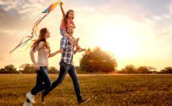 ハーバード大学の医学部の研究者は、人々が幸せになる方法を発見している!その方法は「感情の連鎖(SNSを通して行われる感情の伝染)」です!良い感情を宿そう!