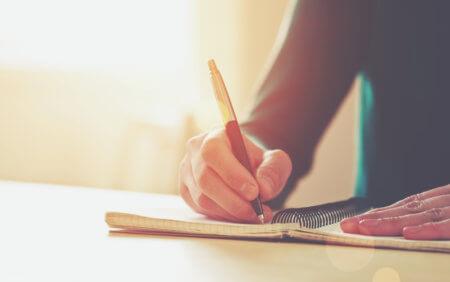 「書くこと」の素晴らしい効果(研究結果)をご紹介!「書くこと」は「心」が救われることに繋がります。但し、自分次第です。誰もあなたを救ってくれません。書くことを通して、あなたがあなたを救い出すのです。